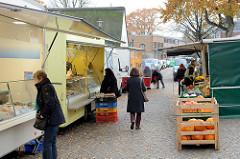 Marktstände auf dem Wochenmarkt in der Wedeler Landstraße von Hamburg Rissen.
