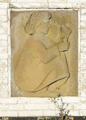Relieftafel am Eingang zum neuen Friedhof in Hamburg Finkenwerder.