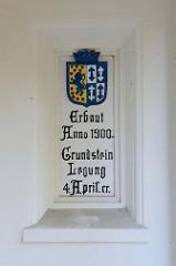 Tafel zur  Grundsteinlegung 1900 im Eingang des  historische Schulgebäudes der Ganztagsschule Fährstraße in Hamburg Wilhelmsburg.