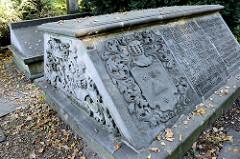 Alte Grabsteine / Gräber am Soldatenfriedhof im Hamburger Stadtteil Harburg.
