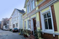 Historische  Wohnhäuser im Auedeich von Hamburg Finkenwerder; das Gebäude im Vordergrund wurde um 1895 errichtet und steht unter Denkmalschutz.