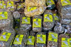 Marktstand mit Teesorten wie zum Beispiel innere Ruhe, Elfenmischung oder Liebestrunk auf dem   Wochenmarkt Sand im Hamburger Stadtteil Harburg.