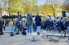 Aktionstag der überparteilichen Sammlungsbewegung Aufstehen - Sammelplatz der Demonstration mit dem Motto Würde statt Waffen auf dem Platz der Republik in Hamburg Altona. RednerIn vor ca. 300 versammelten DemonstrantInnen.