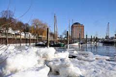 Hamburg Bilder im Winter - Museumshafen Oevelgoenne im Eis.