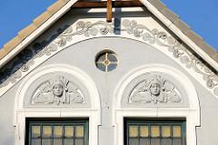 Detail / Stuckdekor am Jugendstil-Wohnhaus im Finkenwerder Landscheideweg - Stadtteil Hamburg Finkenwerder.