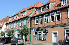 Historische restaurierte Fachwerkhäuser - Wohnhäuser mit Geschäften in der Reichenstraße von Boizenburg/Elbe