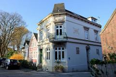 Einstöckiges Wohnhaus / Eckgebäude an der Emder Straße in Hamburg Finkenwerder; das jetzt  historische Baudenkmal wurde 1896 errichtet und steht unter Denkmalschutz.