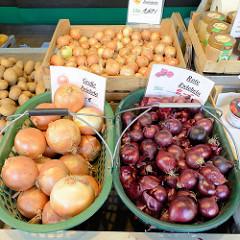 Wochenmarkt auf dem Marktplatz in Hamburg Rothenburgsort; Marktstand mit Obst und Gemüse, Körbe mit unterschiedlichen Zwiebelsorten, z.B. rote Zwiebeln.