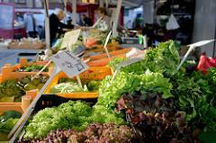 Gemüsestand  u. a. mit Römersalat auf dem Wochenmarkt am Quarree im Hamburger Stadtteil Wandsbek.