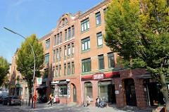 Etagenhaus / Wohn- und Geschäftshaus am Vogelhüttendeich in Hamburg Wilhelmsburg; das Gebäude wurde um 1910 errichtet und steht als Hamburger  Baudenkmal unter Denkmalschutz.