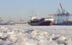 Hamburger Winter  - Frachtschiff im Elbeis - Behinderung der Schifffahrt.