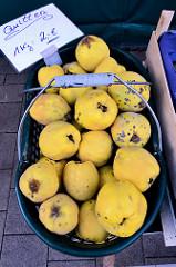 Wochenmarkt auf dem Marktplatz in Hamburg Rothenburgsort; Marktstand mit Obst und Gemüse, Korb mit gelben Quitten.