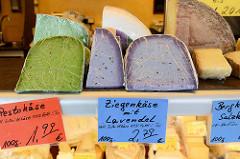Wochenmarkt auf dem Marktplatz in Hamburg Rothenburgsort; Marktstand mit Käse, z.  B. Ziegenkäse mit Lavendel.