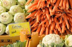 Gemüsestand mit frischem Kohlrabi, Wurzel und Blumenkohl  auf dem Wochenmarkt in der Wedeler Landstraße in Hamburg Rissen.