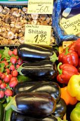 Marktstand mit Obst und Gemüse auf dem Wochenmarkt in der Großen Bergstraße, Stadtteil Hamburg Altona / Altstadt;  unter anderem liegen Auberginen und Pilze - deutsche Shiitake in Kisten in der Auslage.