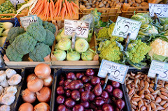 Obst und  Gemüsestand  auf dem Wochenmarkt in Hamburg Finkenwerder, Finksweg; frisches Gemüse wie zum Beispiel Brokkoli, Kohlraabi, Romanesco oder Blumenkohl liegen in Holzkisten am Verkaufsstand.