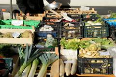 Gemüsestand   auf dem Wochenmarkt am Quarree im Hamburger Stadtteil Wandsbek.