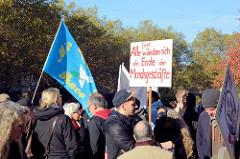 Aktionstag der überparteilichen Sammlungsbewegung Aufstehen - Sammelplatz der Demonstration mit dem Motto Würde statt Waffen auf dem Platz der Republik in Hamburg Altona. Protestschild mit der Aufschrift Fast alle wünschen sich ein Ende der Mordsges