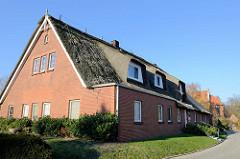 Wohnwirtschaftsgebäude im Süderkirchenweg von Hamburg Finkenwerder; das mit Reet gedeckte Gebäude wird als Wohnhaus genutzt und 19. Jahrhundert errichtet.