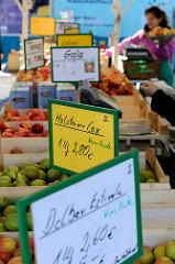 Marktstand mit frischem Obst  auf dem Wochenmarkt in Hamburg Allermöhe - Äpfel und Birnen liegen in Holzkisten.