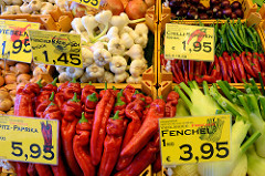 Marktstand mit Obst und Gemüse  auf dem Wochenmarkt in der Großen Bergstraße, Stadtteil Hamburg Altona / Altstadt;   u.a. liegen Spitzpaprika, Fenchel und Chilischoten in der Auslage.
