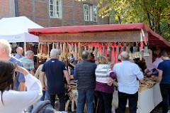 Trittauer Kunsthandwerkermarkt zum Erntedankfest an der historischen Wassermühle.