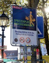 Hinweisschild vom  Bezirksamt Hamburg Altona auf dem Wochenmarkt Spritzenplatz.