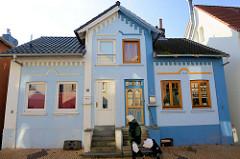 Doppelhaus im Steendiek von Hamburg Finkenwerder; unterschiedliche Fenster- und Türgestaltung sowie Farbgebung.