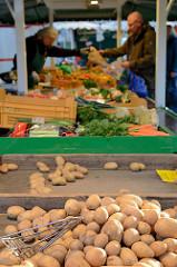 Marktstand mit Obst und Gemüse auf dem Hamburger Wochenmarkt Farmsen-Berne.