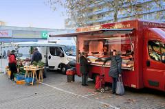 Marktstände auf dem  Wochenmarkt Bei den Höfen in Hamburg Jenfeld.