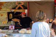 Marktstand mit frisch gebackenem Brot  auf dem Wochenmarkt im Hamburger Stadtteil Neugraben-Fischbek.