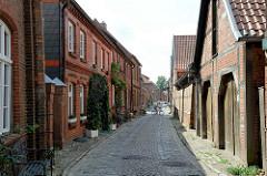 Kopfstein gepflasterte Gasse - Kleine Wallstraße in Boizenburg/Elbe; historische Fachwerkhäuser.