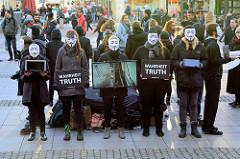 Cube of Truth - Anonymous for the Voiceless, Demonstration der Tierrechtsorganisation auf dem Rathaus in der Hansestadt Hamburg. Bei Cubes zeigen ehrenamtliche Aktivist*innen den Passanten die Zustände in der (Massen-) Tierhaltung.