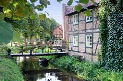 Brücken über den historischen Wallgraben von Boizenburg, die historische Verteidigungsanlage wird von Fachwerkhäusern gesäumt.