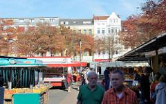 Marktstände auf dem Wochenmarkt Sand im Hamburger Stadtteil Harburg.