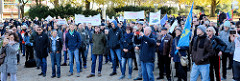 Aktionstag der überparteilichen Sammlungsbewegung Aufstehen - Sammelplatz der Demonstration mit dem Motto Würde statt Waffen auf dem Platz der Republik in Hamburg Altona. Viele der ca. 300 versammelten DemonstrantInnen tragen Fahnen oder halten Trans