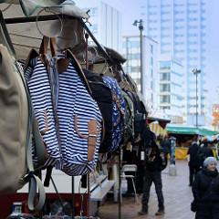 Marktstand mit Taschen auf dem  Wochenmarkt in der Großen Bergstraße, Stadtteil Hamburg Altona / Altstadt.