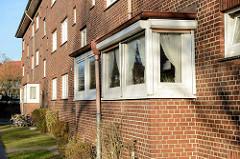 Siedlungsbau mit Erkerfenstern am Finkenwerder Norderdeich im Hamburger Stadtteil Finkenwerder.