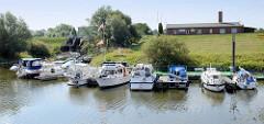 Sportboothafen / Marina am Stadthafen in Boizenburg/Elbe; Sportboote liegen am Steg hinter dem Deich.