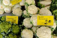 Gemüsestand  auf dem Wochenmarkt Sand im Hamburger Stadtteil Harburg; unterschiedliche Kohlsorten wie zum Beispiel Romanesko,  Blumenkohl oder Chinakohl werden zum Verkauf angeboten.
