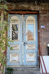 Eingangstür eines historischen Klinkerreihenhaus mit Balkons am Auedeich im Hamburger Stadtteil Finkenwerder.