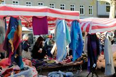 Marktstand mit Wollschals und Pullovern auf dem Wochenmarkt   im Hamburger Stadtteil Ottensen / Spitzenplatz.