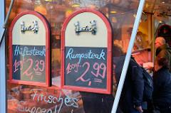 Fleischstand einer Schlachterrei auf dem Wochenmarkt im Hamburger Stadtteil Farmsen-Berne, Berner Heerweg.