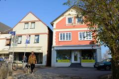 Wohnhäuser /Geschäftshäuser in der Straße Steendiek im Hamburger Stadtteil Finkenwerder.