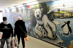 Bahnunterführung an der S-Bahn Station Nettelnburg in Hamburg Neuallermöhe, buntes Graffiti - Eisbär und Junges / Pinguin - auf den Kachelwänden.