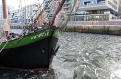 Winterbilder von Hamburg im Eis - Sandtorhafen / Traditionsschiffhafen.