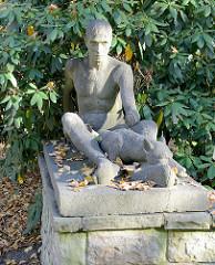Kunst im öffentlichen Raum, Skulptur Mann mit mit Hund auf einem Sockel am Eingang zu Schröders Elbpark in Hamburg Othmarschen.