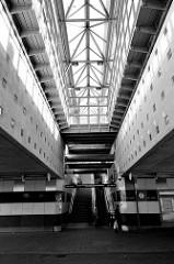 Oberlicht und Aufgang der S-Bahn-Station Hamburg  Allermöhe; schwarz-weiß Aufnahme.