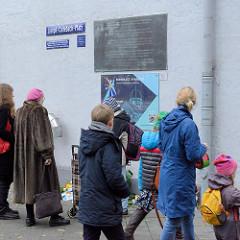 Gedenken zum 80. Jahrestag der Progromnacht am Joseph-Carlebach-Platz in Hamburg Rotherbaum / Grindelhof; dort stand früher die  Bornplatz-Synagoge. Diese wurde 1938 verwüstet und 1939 abgerissen.