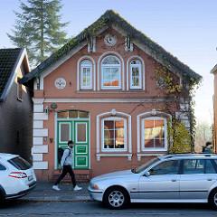 Historisches Wohnhaus am Neßdeich von Hamburg Finkenwerder; das um 1874 errichtete Gebäude steht als Baudenkmal Hamburgs unter Denkmalschutz.